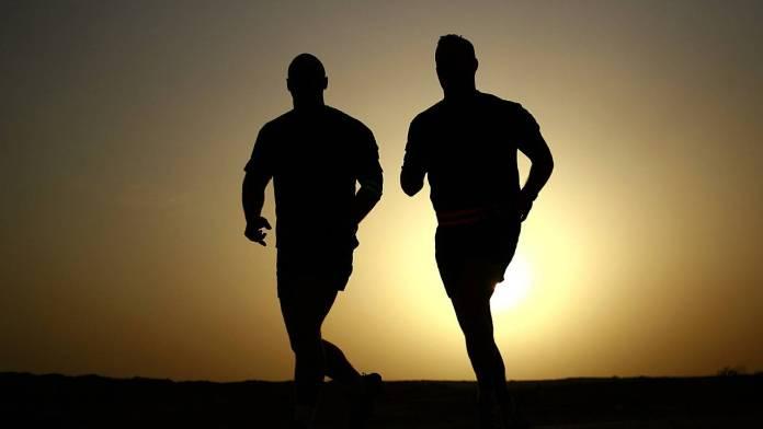 sombra de dos personas trotando