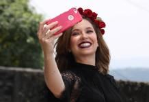 Persona tomándose un selfie