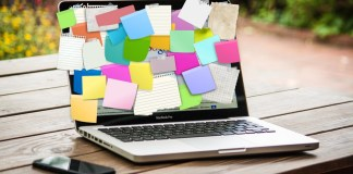 laptop con papeles