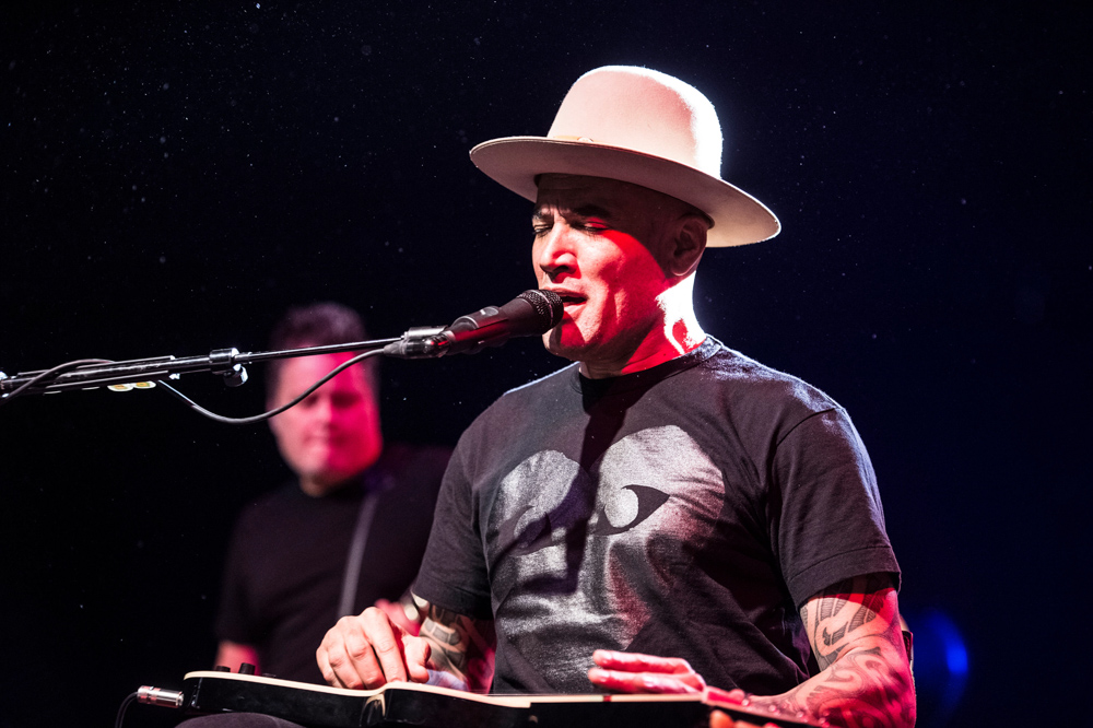 Ben Harper onstage with his TELEFUNKEN M80. Photo by Forrest Reda.