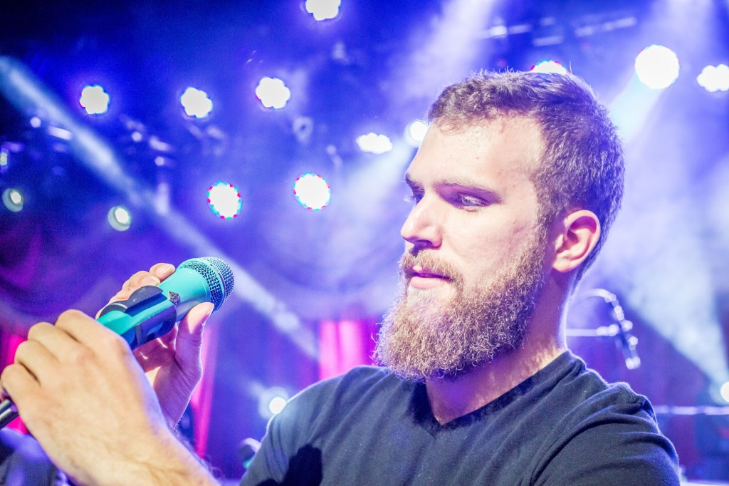 Zach Fichter onstage with his turquoise Custom Shop TELEFUNKEN M80.