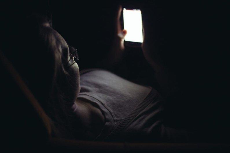 Tidur Barengan Dengan Ponsel, Apa Risikonya Bagi Kesehatan?