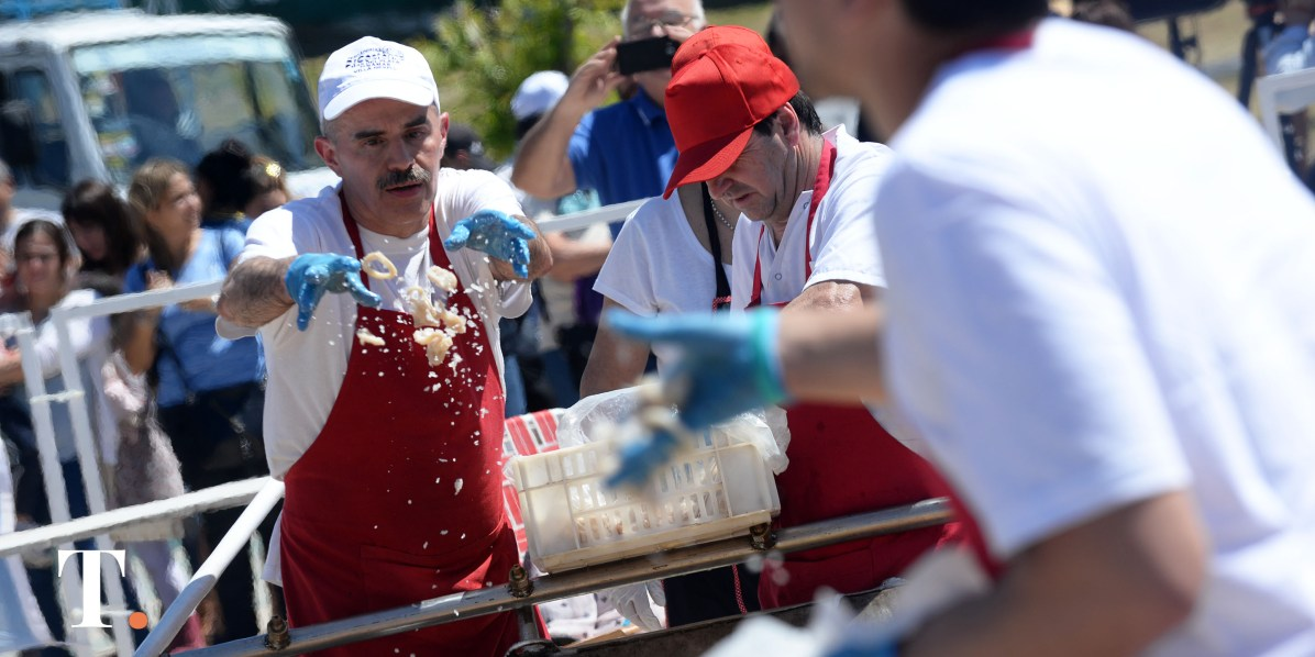 El paellero Cristobal Cortés al frente de la cocción (Fotos Ricardo Stinco).