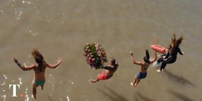 La ofrenda floral con la que se pide por una gran temporada en las playas.