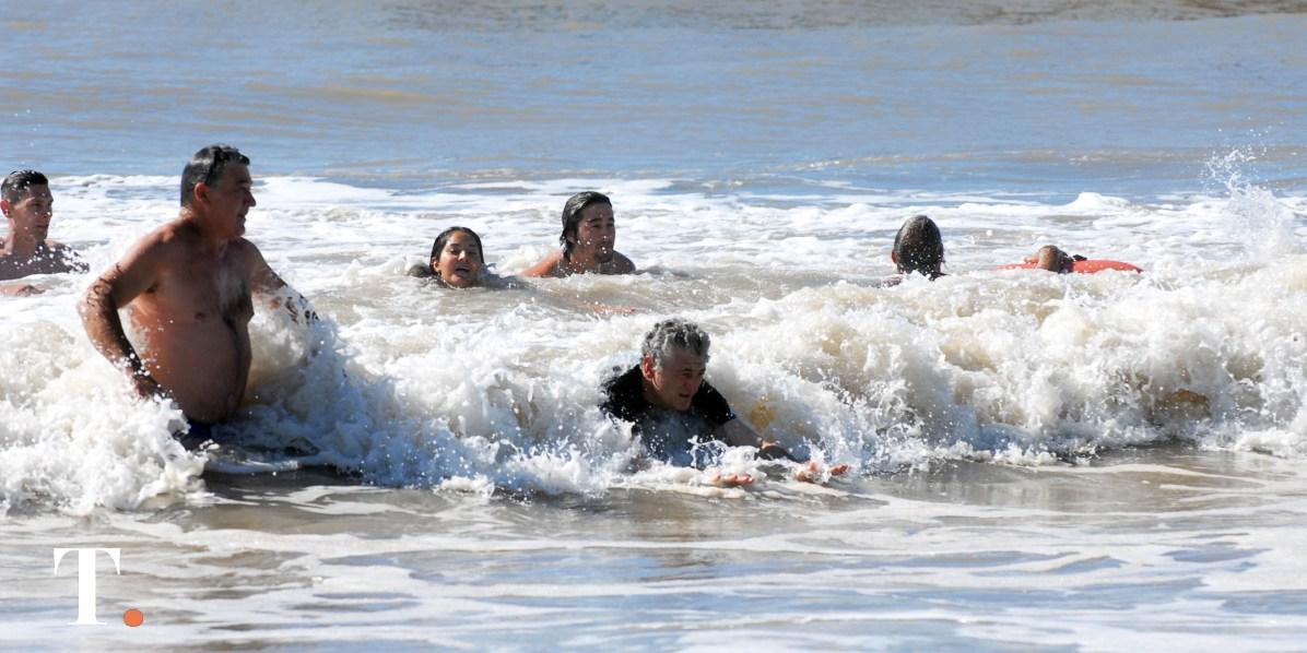 El jefe comunal se retiró del mar divirtiéndose un rato con las olas.