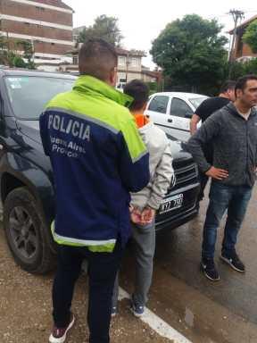 Uno de los jóvenes detenidos en Villa Gesell junto al rodado utilizado para los ilícitos.