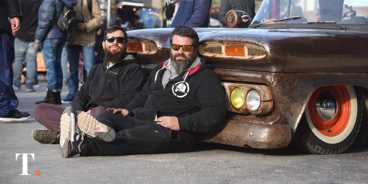 Santiago García, promotor y uno de los organizadores del Gesell Roj, junto a su amigo Julián Beroldi, propietario de la camioneta. (Foto Ricardo Stinco)