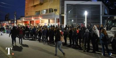 El público en fila para ingresar a la sala municipal este domingo.
