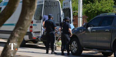 El momento en que uno de los cuerpos es retirado por la policía. (Fotos Ricardo Stinco)