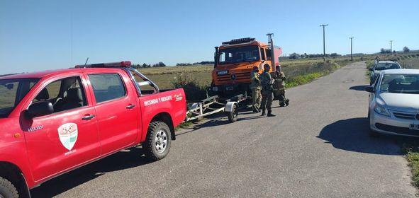 Las fuerzas de seguridad y personal de bomberos de Mar Chiquita al intervenir en el lugar del triste hallazgo.
