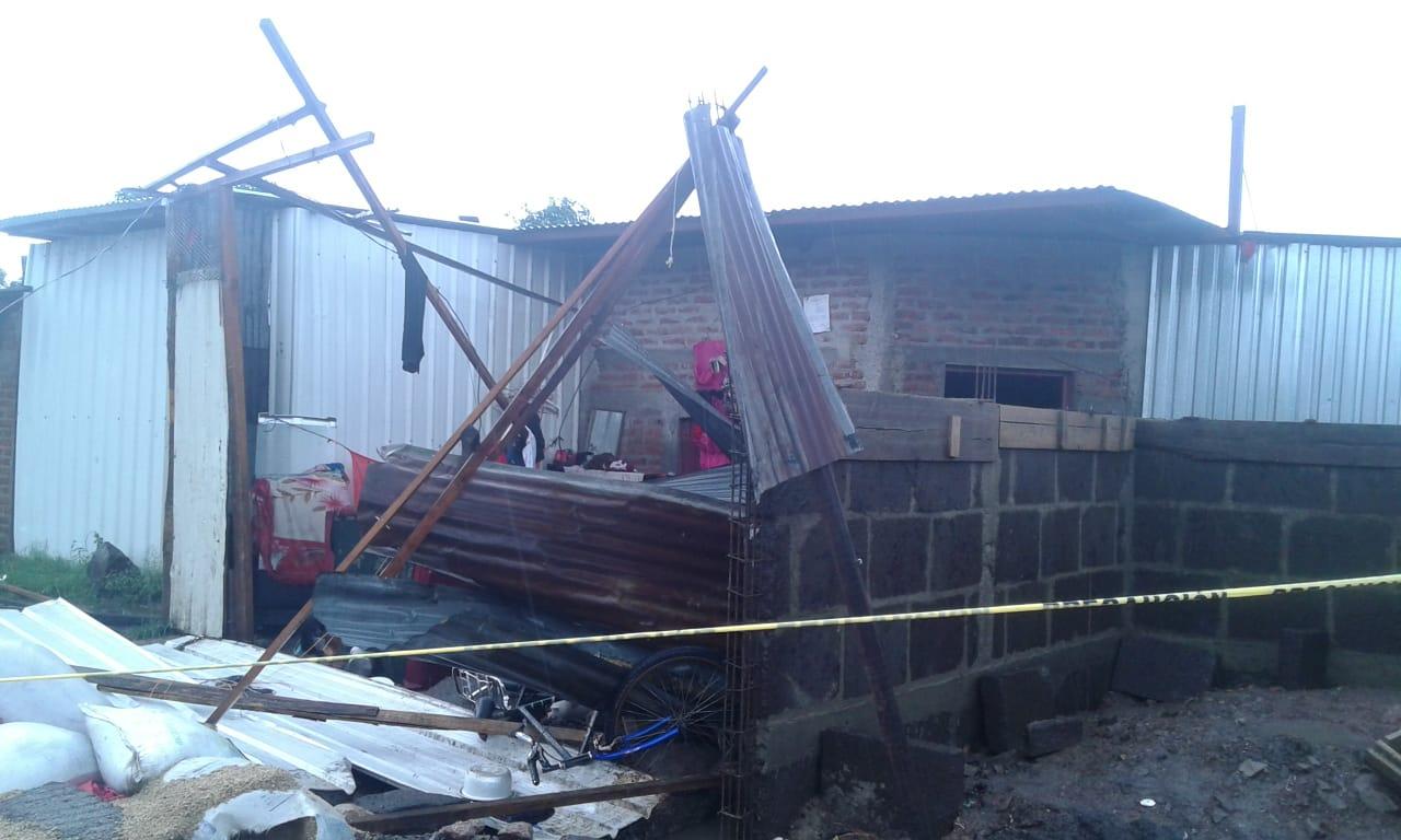 Fuertes vientos desprenden techo de viviendas en Estelí