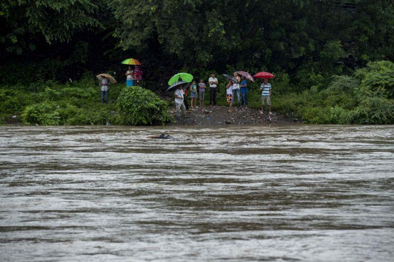 Escuelas en 8 departamentos cierran por las crecidas de ríos causadas por las lluvias.