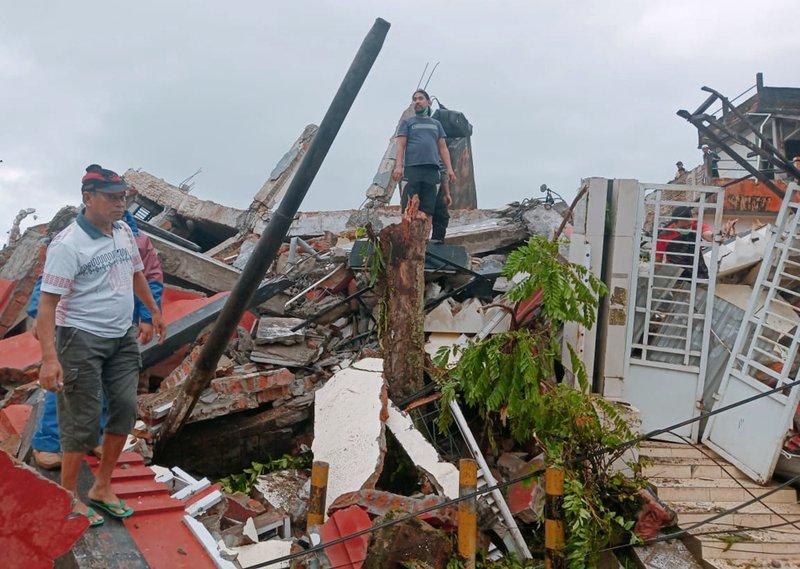 Al menos 42 muertos por fuerte sismo en Indonesia