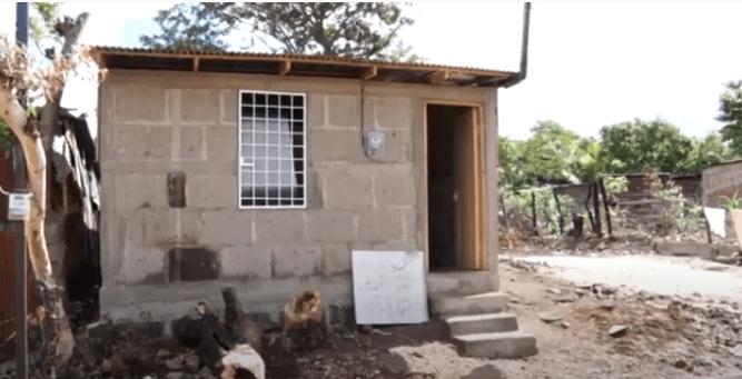 Reconstruyen vivienda a pareja de adultos mayores afectados por incendio en Estelí