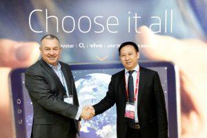Michael Duncan, diretor geral da unidade de consumo da Telefónica e Haixu Ma, presidente de produtos e serviço de rede da Huawei, selam acordo em Barcelona