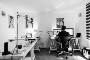 homme avec bureau de travail à domicile