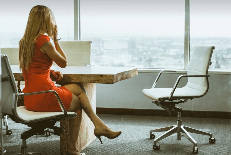 Image de femmes sur beau fauteuil de bureau