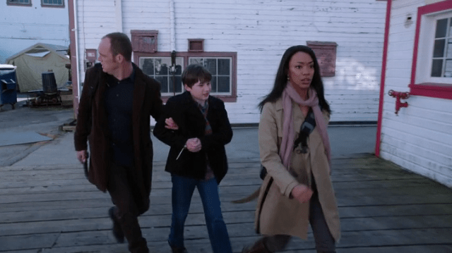 A SCREENCAP OF GREG MENDELL (PLAYED BY ETHAN EMBRY) AND TAMARA (PLAYED BY SONEQUA MARTIN-GREEN) KIDNAPPING HENRY MILLS (PLAYED BY JARED S. GILMORE)