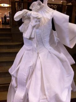 Fifth Avenue Shoe Repair/ vit skjortklänning, vår 2009.