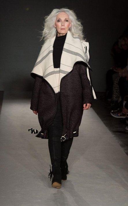 50+modell från catwalk hos London College of Fashion