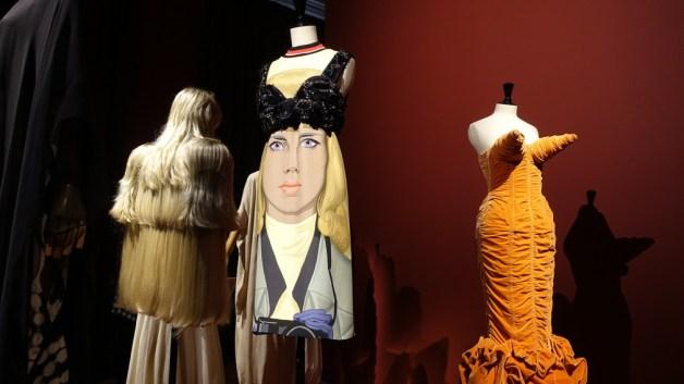 Maison Martin Margielas perukklänning från 2009, och Jean Paul Gaultiers sammetsklänning, -89