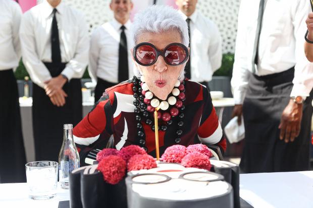 Iris fyller 95, och Dianas modeller dansar fram på catwalken