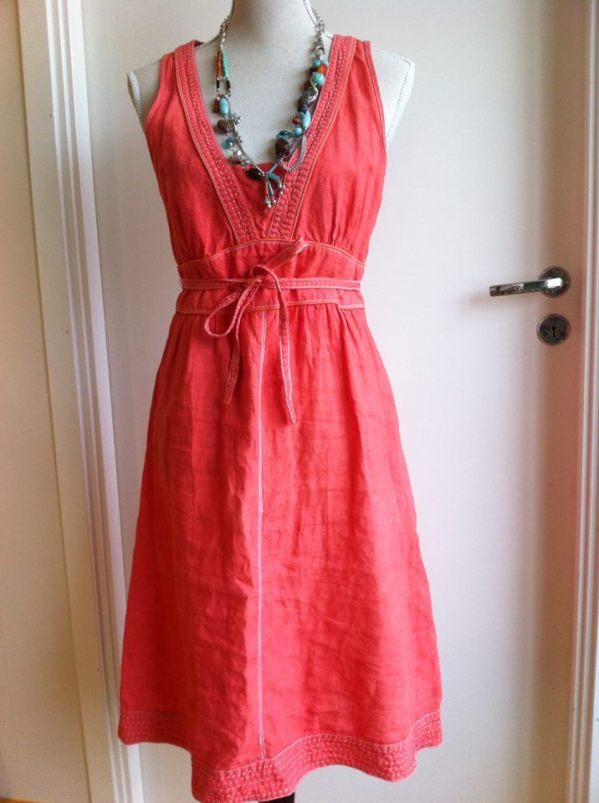 korallröd klänning