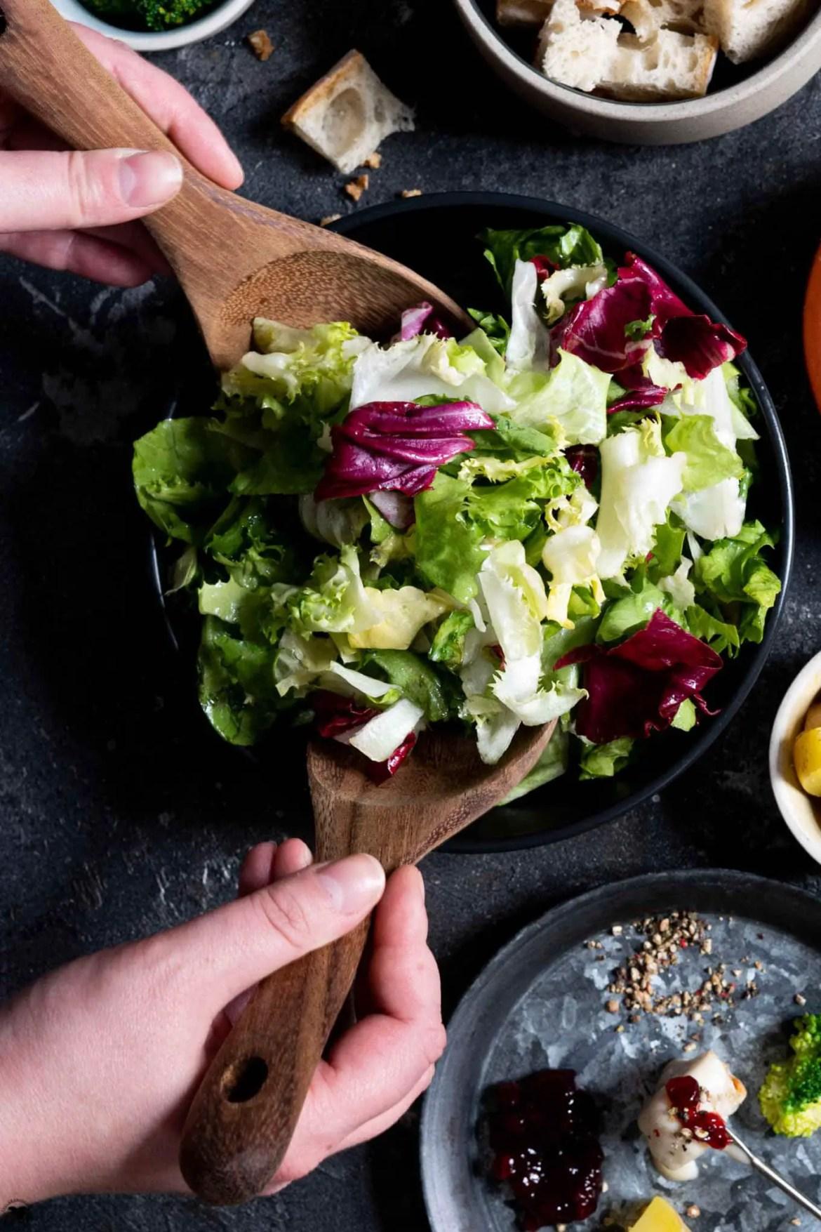 Salat als Beilage zum Käsefondue