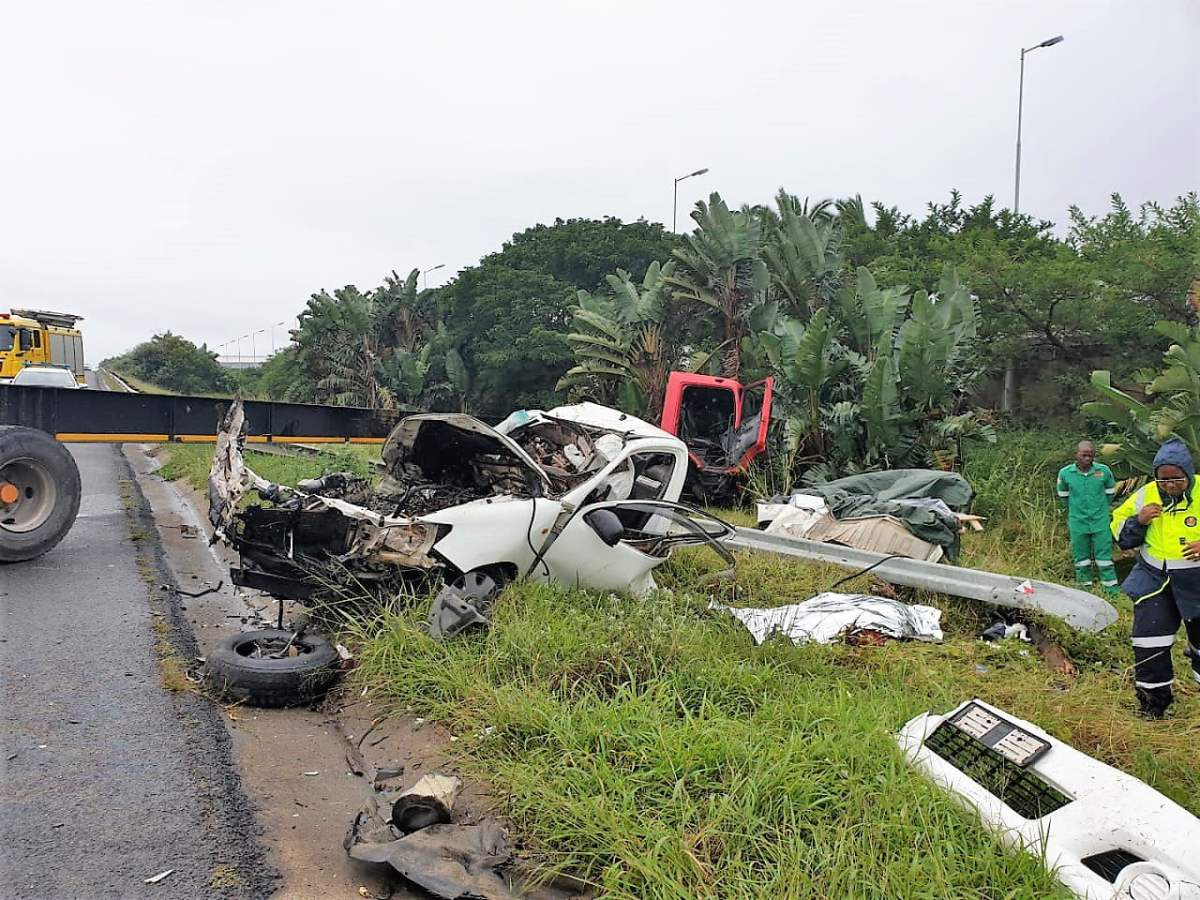 Man and woman killed in truck and bakkie crash on N2