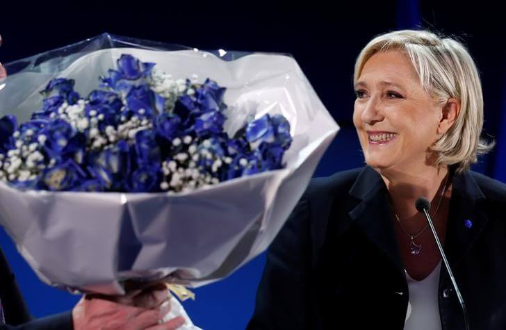Hollande urges French to reject Le Pen in presidential run-off vote