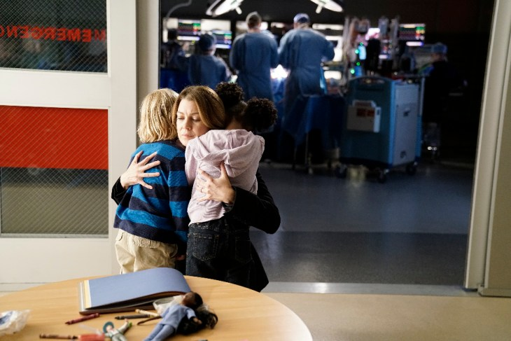 """GREY'S ANATOMY - """"The Room Where It Happens"""" - A difficult surgery brings back pivotal memories for Meredith, Richard, Owen and Stephanie, as they work together to save a life, on """"Grey's Anatomy,"""" THURSDAY, NOVEMBER 10 (8:00-9:00 p.m. EDT), on the ABC Television Network. (ABC/Michael Desmond)"""