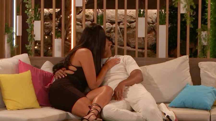 Jordan and Anna kiss.