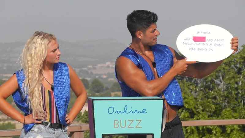 The Islanders take part in the challenge 'Online Buzz'