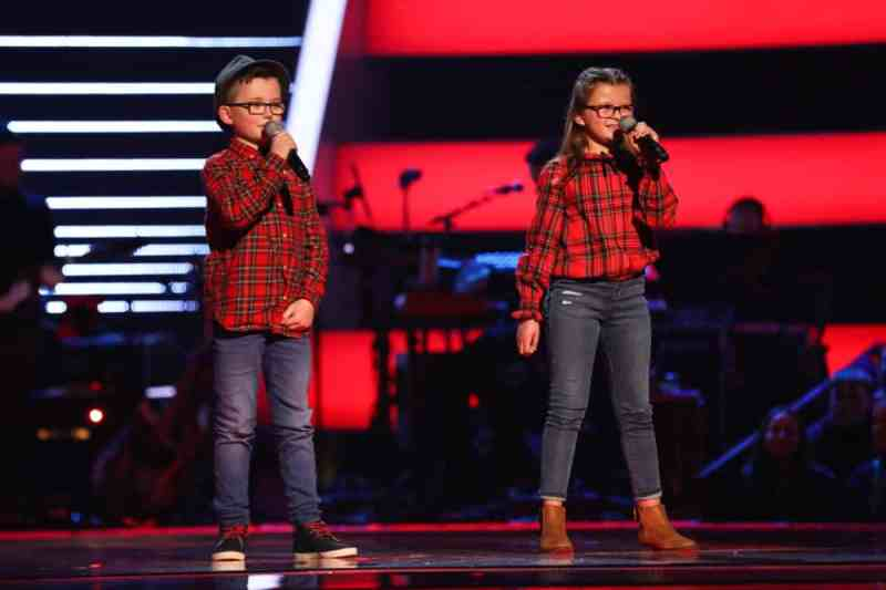 Ave & Alfie perform.