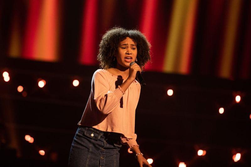 Isla performs