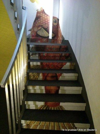La zona de las escaleras, la zona de paso, también se le dio mucha importancia, y aunque es sólo eso, también tiene que ser bonita y agradable de transitar, en estas fotos es lo que vimos en Casa Decor: plantas colgantes, peces en escaleras... mejor verlo.