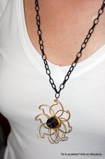 p.v.p. 12 euros (gastos de envío incluidos) Colgante con cadena negra y dado de Rol pequeño; flor realizada con hilo mágico dorado.