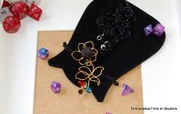 p.v.p. 12.50 euros (más gastos de envío) colgante flor de hilo mágico, dado de rol pequeño y pequeños tupis acrílicos. Son diseños únicos, aunque se pueden repetir, pero no saldrán nunca iguales!