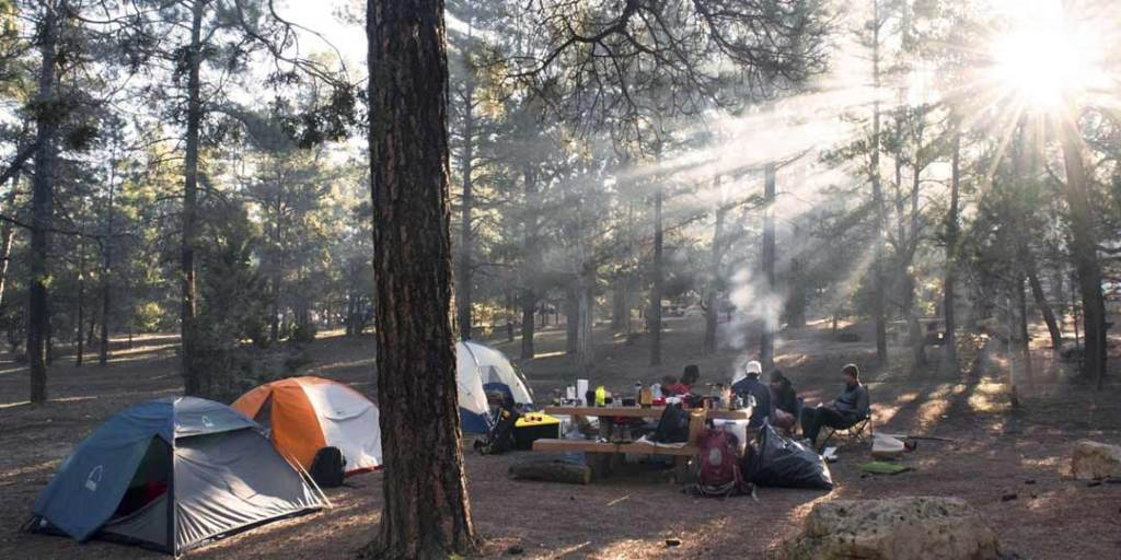 familie som spiser forkost paa deres campingtur