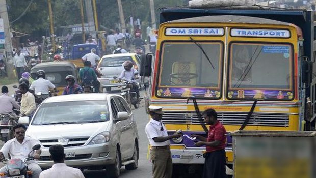 శంషాబాద్లో నోట్ల కట్టల లారీ?