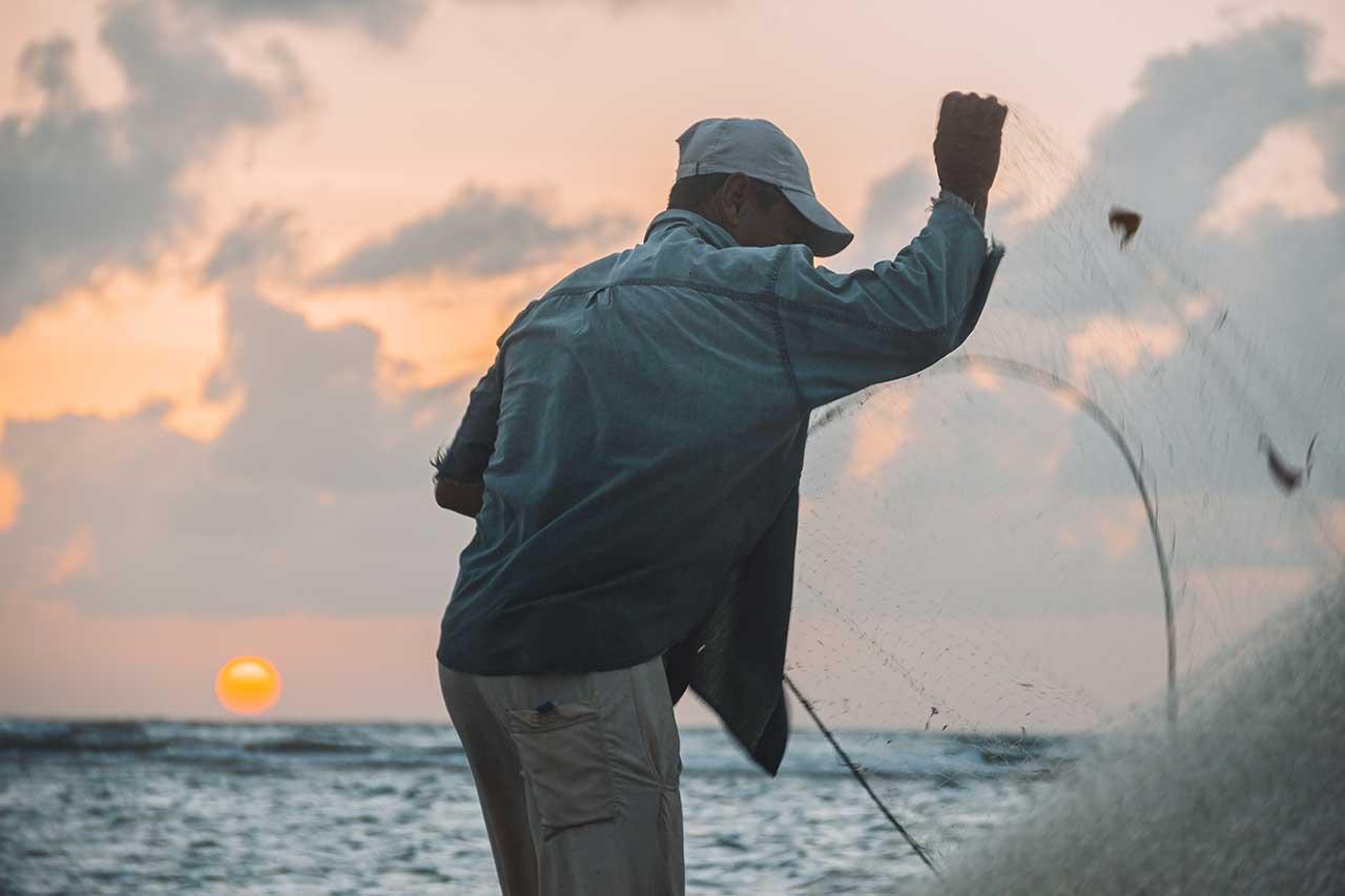 Pescadores durante o amanhecer na Vila do Céu