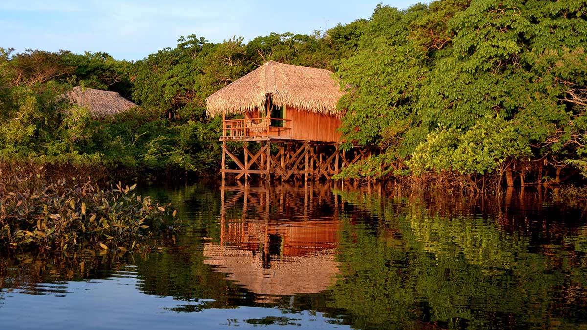 Bangalô do Juma Lodge, a construção permite que o hóspede conheça a região na seca e na cheia