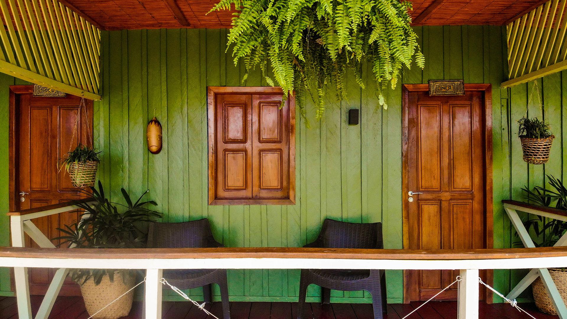 A sustentabilidade está por todos os lados no Manati Lodge. Os telhado dos quartos são feitos com aparas de plásticos reciclados