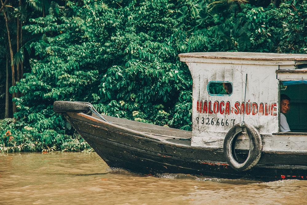 transporte na ilha do combu, pará, é todo feito a barco, inclusive o dos restautantes