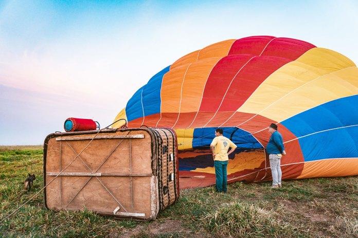 balões sendo inflados bem na hora do amanhecer em boituva