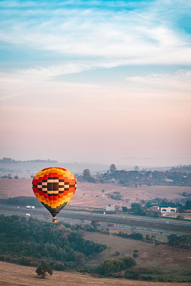 a rodovia fica bem próxima do local de decolagem dos balões em boituva