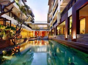 100-sunset-2-hotel-kuta-bali pool