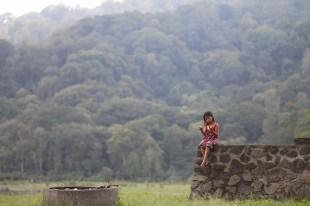 Anak kecil yang tinggal di lokasi danau (dok. temansetaman)