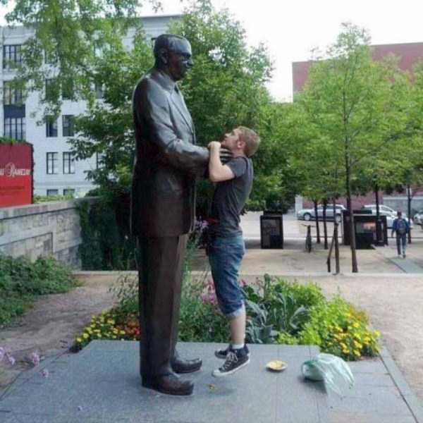 people-having-fun-with-statues-23