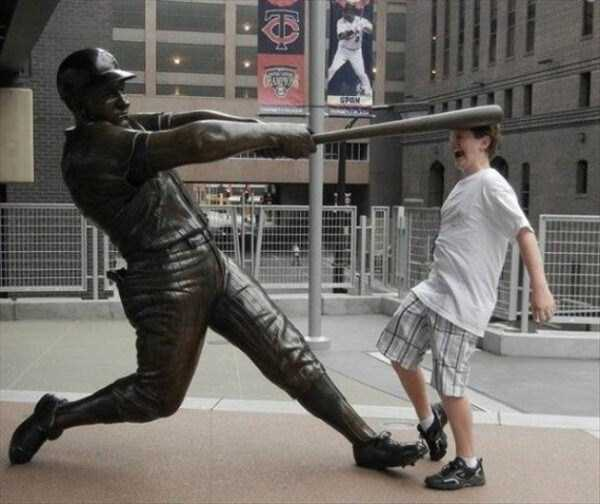 people-having-fun-with-statues-25